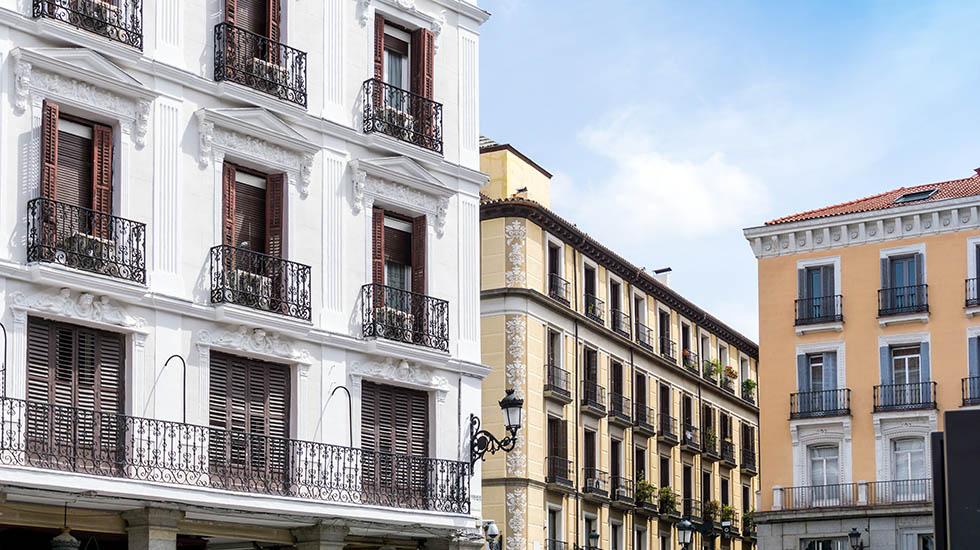 Madrileños y barceloneses recortan su presupuesto para comprar vivienda