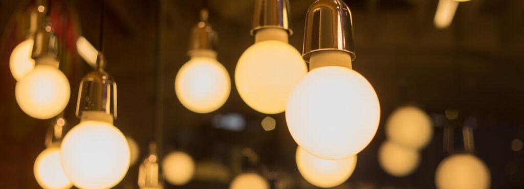 OCU estima que la factura de la luz será en abril casi un 60% más cara que en los últimos 8 años